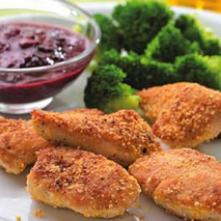 Куриное филе под ягодным соусом.