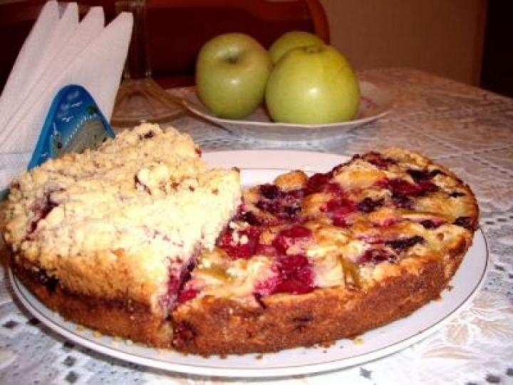 Рецепт классической шарлотки с ягодами.