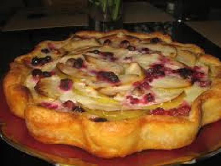 Пирог с яблоками, ягодами малины и годжи.